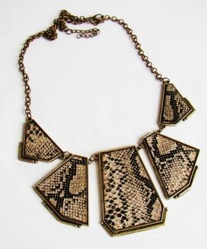 maxi-colar-cor-ouro-velho-com-estampa-couro-de-cobra-bege_MLB-F-3696033747_012013