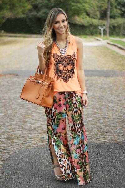 look-da-onca-strass-fashion-camiseta-leao-cabeca-pantalona-flores-strass